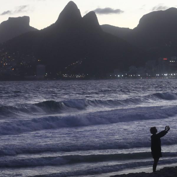 Woman takes selfie by Atlantic Ocean, Ipanema Beach, Rio de Janeiro, Brazil40936611-159532